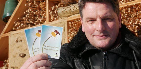 Eugène Bruins, Zoologischer Leiter, mit dem Insektenschutzpaket des Zoo Hoyerswerda